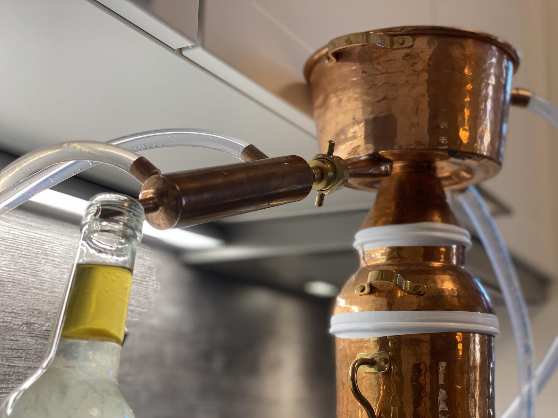 Destillen speziell zur Herstellung von Pflanzenwasser und ätherischem Öl